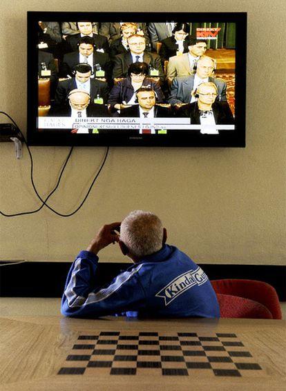 Un hombre sigue por televisión desde la capital Kosovar, Pristina, el fallo en el que la Corte Internacional de Justicia ha señalado que Kosovo no violo el derecho internacional al declarar unilateralmente en 2008 su independencia de Serbia.