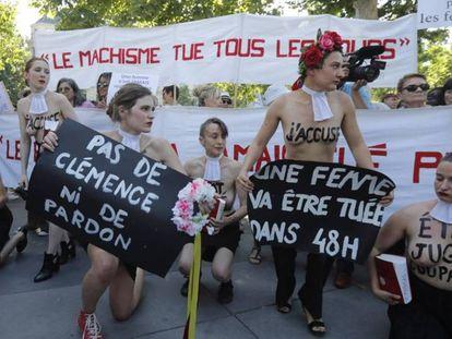 Activistas de Femen durante la manifestación en contra de la violencia machista en París.