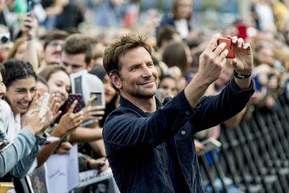 Bradley Cooper viajó a San Sebastián y amuralló su visita. En la imagen, el actor durante el estreno de su película 'Ha nacido una estrella' en el Festival de Cine de Donostia.