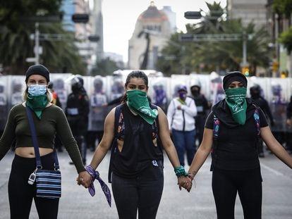 Un grupo de mujeres frente a la policía en Ciudad de México durante una marcha en favor de la legalización del aborto en 2020.