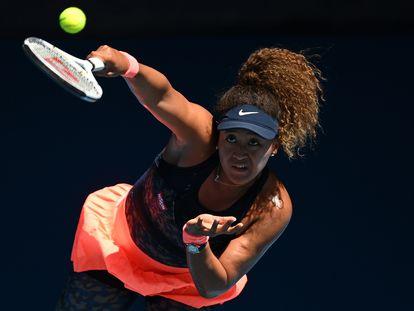 Osaka sirve durante la semifinal contra Serena Williams, el jueves en Melbourne.