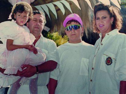 Pablo Escobar, junto a María Isabel y sus hijos Juan Pablo y Manuela, en la hacienda de Nápoles en 1988.