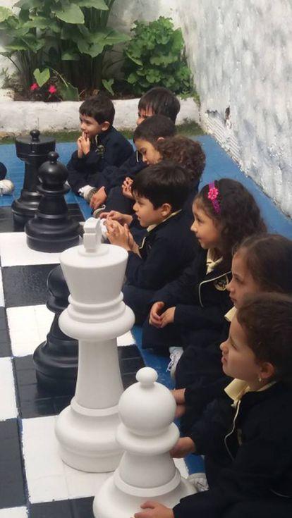 Alumnos del centro Osito Pardo, de Bogotá, durante una clase en el tablero gigante