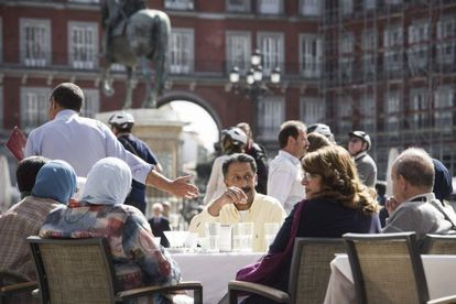 Turistas en las terrazas de la Plaza Mayor de Madrid
