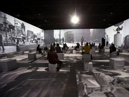 IDEAL inaugura la primera experiencia inmersiva en Barcelona, que reúne imágenes de fotógrafos de los años 50 y 60.