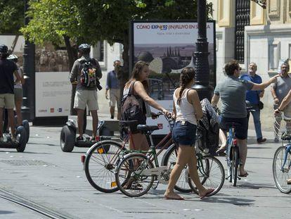 Un grupo de mujeres con bicicletas en la Avenida de la Constitución de Sevilla.