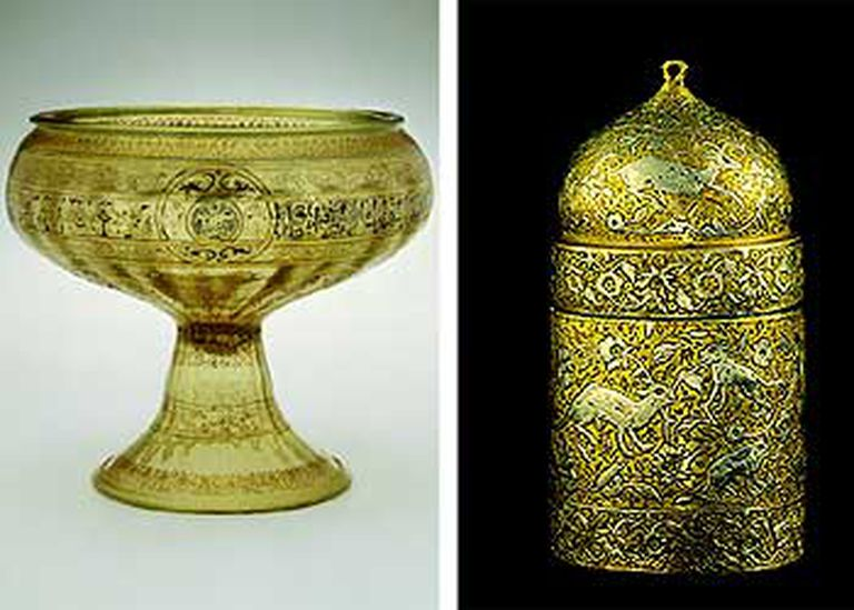 Copa de mediados del siglo XIII (izquierda) y tintero de cobre y plata incrustada del siglo XVI, procedentes del Metropolitan de Nueva York y expuestos en el Louvre.