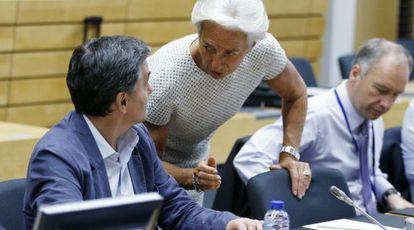 El ministro de Finanzas griego, Euclidis Tsakalotos, con la directora del FMI, Christine Lagarde, en Bruselas.