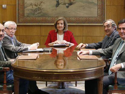La ministra de Empleo en funciones, Fátima Báñez, en el centro, con los presidentes de CEOE, Juan Rosell, y Cepyme, Antonio Garamendi, y los líderes de UGT y CCOO, Pepe Álvarez, e Ignacio Fernández Toxo