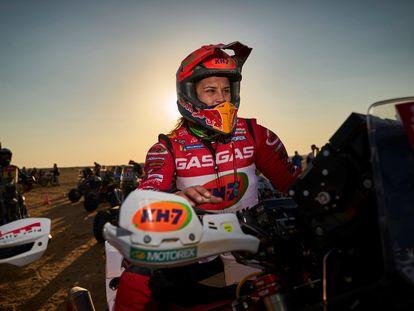 La española Laia Sanz (GasGas) retratada durante la octava etapa del Dakar.
