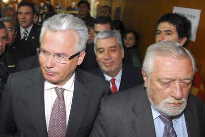 Garzón, en la foto junto a Eduardo Luis Duhalde, fue insultado por simpatizantes de Videla al acudir a un juicio en la ciudad de Córdoba contra el ex dictador