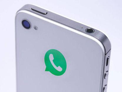 iPhone 4s con logo de WhatsApp.