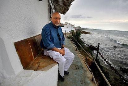 Manuel Vicent, en la terraza de un restaurante en Dénia.