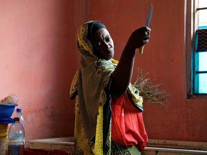 La aprendiz de curandera Salama sostiene un cuchillo utilizado para cortar hierbas medicinales en la clínica de Bi Mwanahija Mzee en Zanzibar, Tanzania, el 31 de enero de 2019.