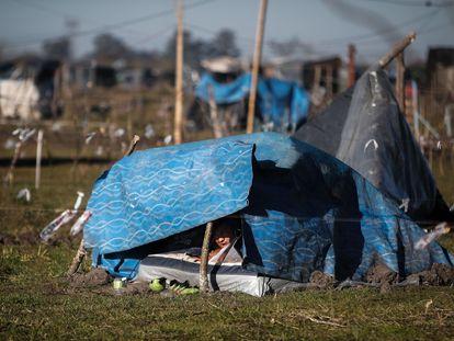Más de 1.000 personas viven en carpas y casas precarias en un terreno tomado en la localidad bonaerense de Guernica.
