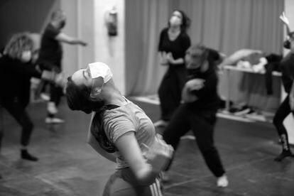 Una bailarina de la compañía La Basal, ensayando con mascarilla, en una imagen del 16 de marzo.