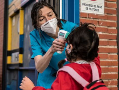 Toma de temperatura a una alumna en el colegio publico Tomás Bretón de Madrid, esta semana.
