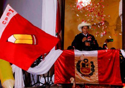 Pedro Castillo saluda a sus seguidores desde la sede de su campaña en Lima la noche del lunes.