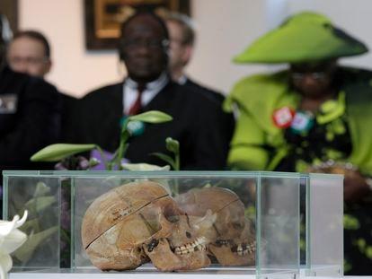 Cráneos de víctimas herero y nama durante una ceremonia celebrada en Berlín en 2011 con representantes de los descendientes de ambos pueblos.