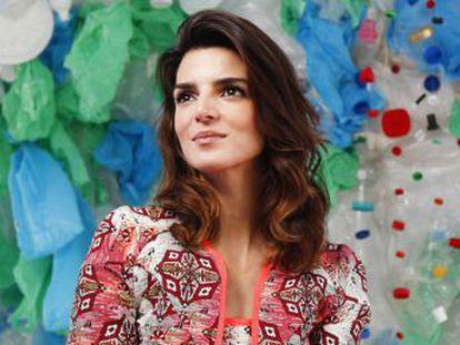La actriz, que abandera una campaña de concienciación contra el plástico en los océanos, comparece ante los medios por primera vez tras romper con el actor
