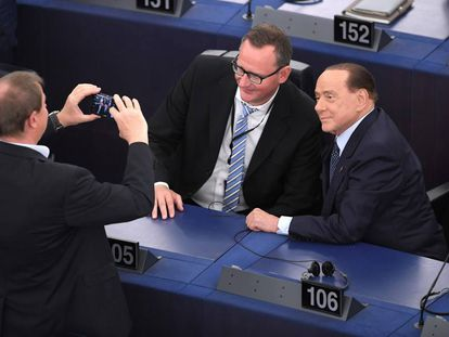 Dos eurodiputados, con el ex primer ministro italiano Silvio Berlusconi en Estrasburgo.