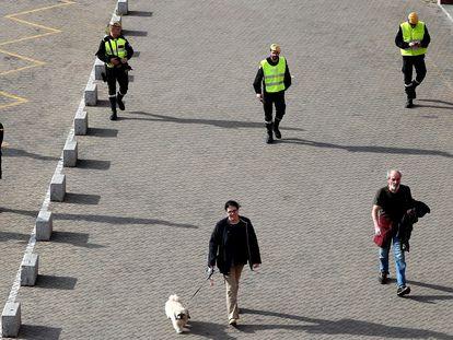 Miembros de la UME patrullan la estación de Atocha, este domingo.
