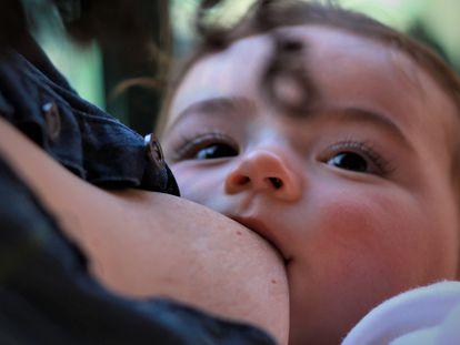 Agreden a una mujer en Francia por dar el pecho a su bebé en público.