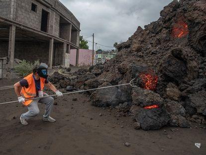 Un técnico de Involcan extrae una muestra de roca volcánica de la lengua de lava en los primeros días de la erupción.