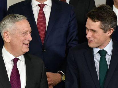 El ministro de Defensa británico, Gravin Williamson (d), junto a su homólogo estadounidense, este miércoles en Bruselas.