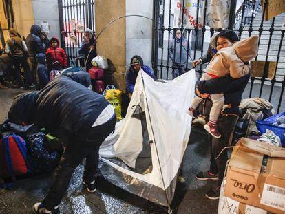 Familias con niños demandantes de asilo el pasado 26 de noviembre frente al Samur Social.
