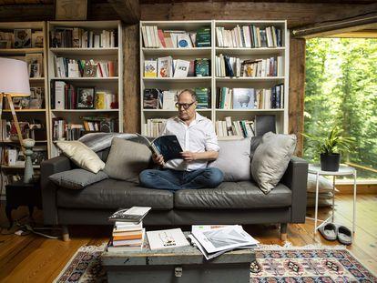 El escritor, profesor y filósofo tunecino Pierre Lévy fotografiado en su casa de Ottawa, Canadá, en cuya universidad imparte clases actualmente.