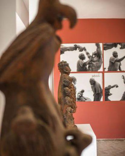 Al fondo, fotografías del proceso escultórico de Ousmane Sow, en Kër Repentigny