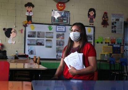 La guatemalteca Magdalena Lucrecia Medina, apodada 'Seño Lucky', ha creado cuadernillos escolares propios y se ha asegurado de que todos sus alumnos tuvieran acceso a Internet. Aunque debiera pagar mensualmente el de seis de ellos.
