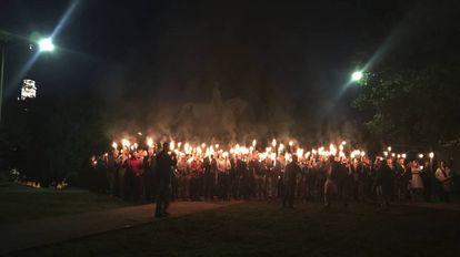 Decenas de personas con antorchas protestan el sábado en contra de la retirada de una estatua del general Lee en ese parque de Charlottesville