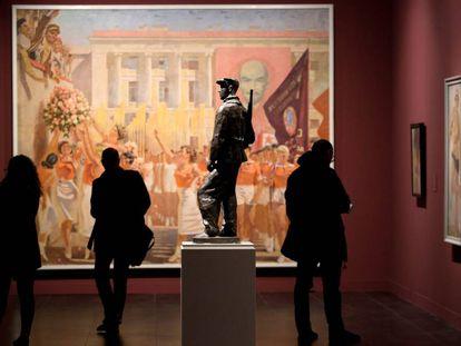 Una persona observa la obra 'Miembro del Osoaviajim' de Víktor Sinaiski en la la sede en Málaga del Museo Estatal de Arte Ruso de San Petersburgo.