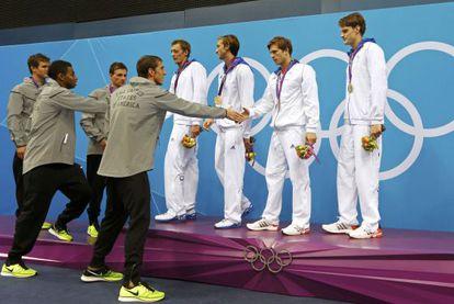 Los norteamericanos felicitan al equipo francés.