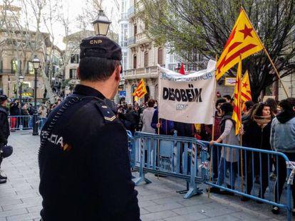 Manifestación en Palma frente a la Delegación del Gobierno para pedir la puesta en libertad de los políticos catalanes detenidos. Europa Press