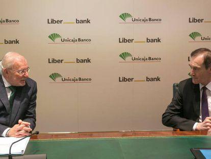 Manuel Azuaga, presidente de Unicaja, y Manuel Menéndez, consejero delegado de Liberbank, en diciembre de 2020.
