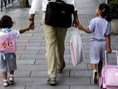 Un padre lleva a sus hijas al colegio, en Madrid.