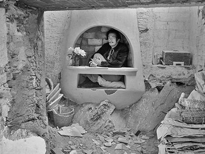 Dalí, en 1950, dentro de la chimenea del comedor de Portlligat, en fase de construcción por Emili Puignau.