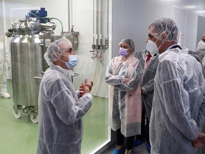 El presidente del Gobierno, Pedro Sánchez, a la derecha en la imagen, durante una visita en abril en la multinacional farmacéutica española HIPRA, en Amer (Girona).
