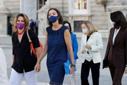 La ministra de Industria, Reyes Maroto, y la vicepresidenta tercera y ministra para la Transición Ecológica, Teresa Ribera, el jueves a su llegada al acto de homenaje de estado a las víctimas de la pandemia de la covid.