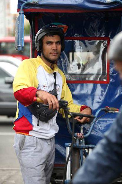 Uno de los bicitaxistas venezolanos que trabaja en el barrio Cedritos.