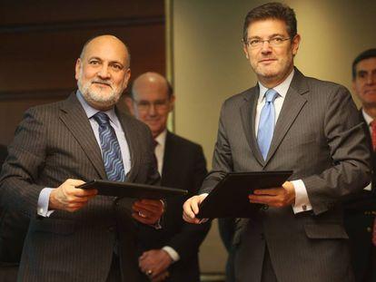 Francisco Pérez de los Cobos junto al ministro de Justicia, Rafael Catalá, en una foto de archivo.