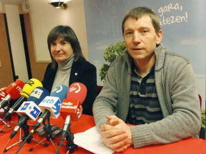 Rufi Etxeberria y Maribi Ugarteburu, en la rueda de prensa en San Sebastián.