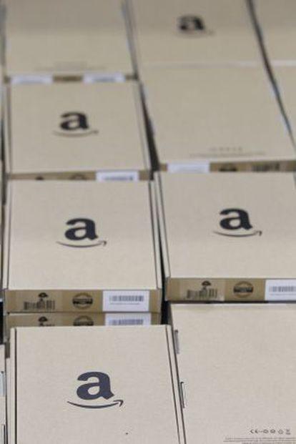 Paquetes en fila en el centro logístico de Amazon en Madrid.