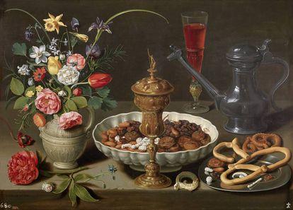 Bodegón con flores, copa de plata dorada, almendras, frutos secos, dulces, panecillos, vino y jarra de peltre, 1611, de Clara Peeters.
