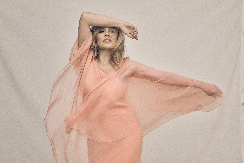 Kylie Minogue, que este viernes publica su nuevo álbum 'Disco', posa en Londres para ICON con vestido 'vintage' Halston de Rellik London.