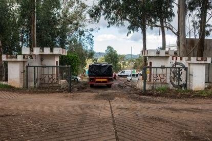 Exterior de la antigua base militar de Las Raíces, situada en San Cristóbal de La Laguna (Tenerife), donde se realizan obras para instalar un campamento de emergencia para inmigrantes.