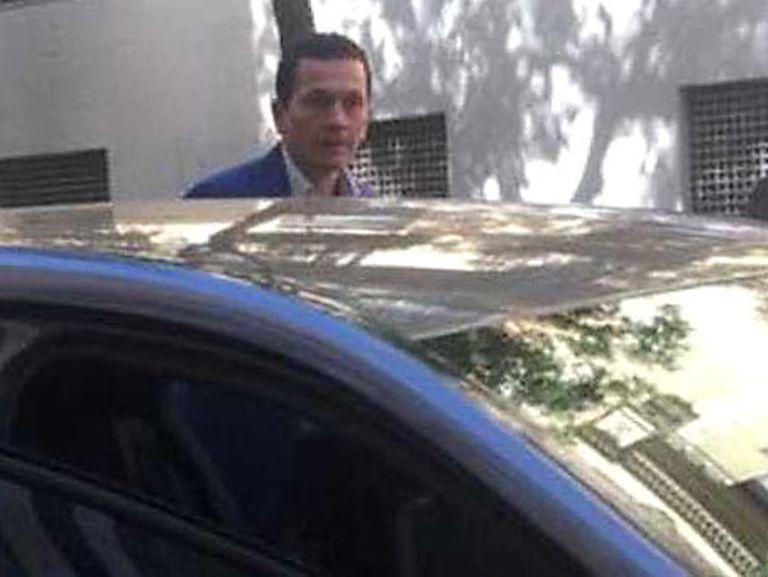 Guillermo Acevedo Giraldo delante de un edificio en la esquina de las calles Almagro y Zurbarán, en el distrito de Chamberí de Madrid. Imagen cedida por InSight Crime.